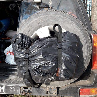 Стяжки закрепляют мусорный пакет на запасном колесе