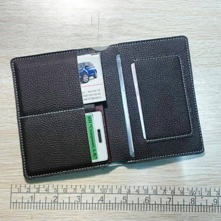 Бумажник из композитной кожи в открытом виде с наполнением
