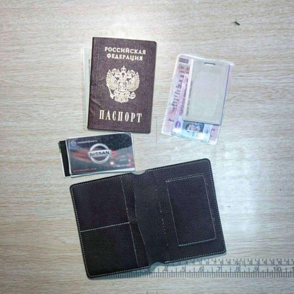 Бумажник из композитной кожи в открытом виде